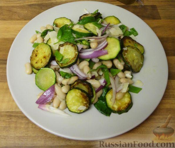 Фото к рецепту: Итальянский салат из кабачков цуккини с белой фасолью