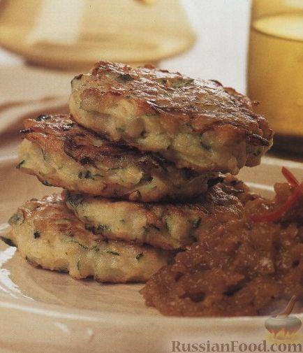 Фото к рецепту: Котлеты из кабачков с острым луковым соусом