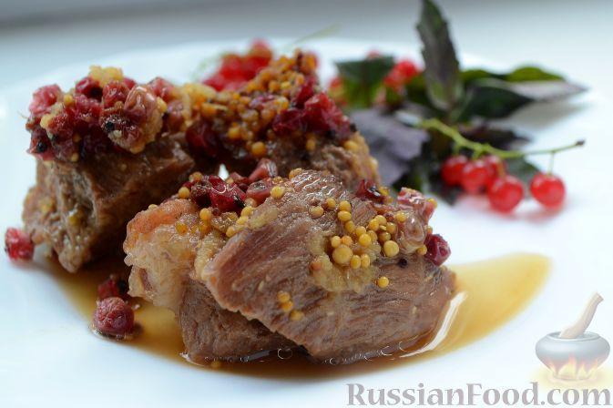Фото к рецепту: Пряная свинина со смородиной (в горшочке)