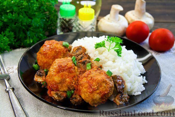 Фото к рецепту: Рыбные тефтели в томатно-грибном соусе