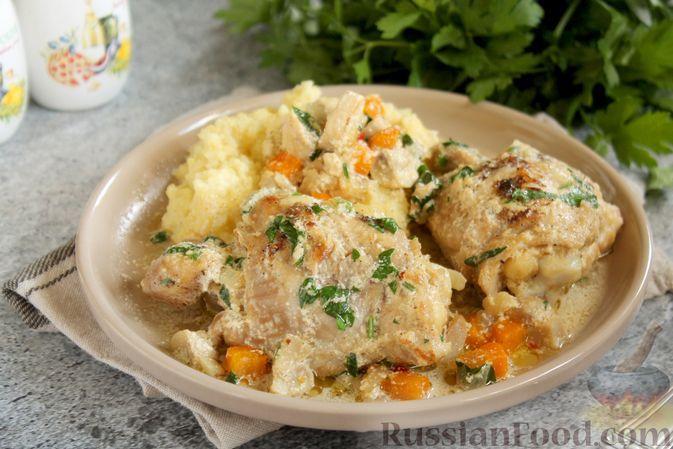 Фото к рецепту: Куриные бёдрышки, тушенные с грибами, овощами и сливками