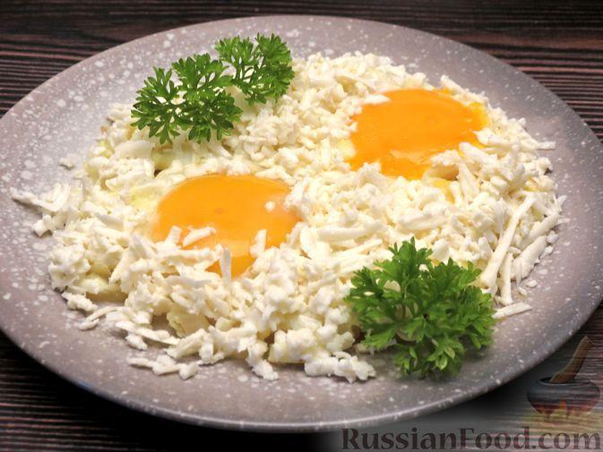 Фото к рецепту: Яичница-глазунья с жареным луком и брынзой