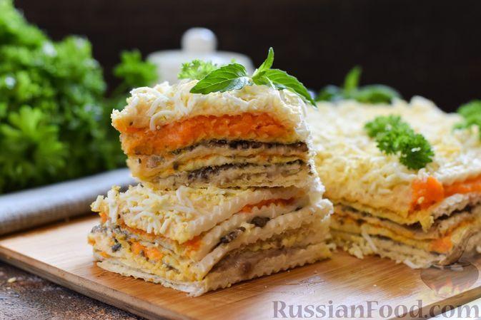Фото к рецепту: Закусочный вафельный торт с сельдью, грибами и морковью
