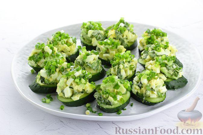 Фото к рецепту: Закуска из огурцов с авокадо, яйцами и базиликом