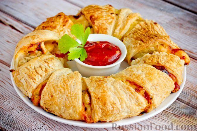 Фото к рецепту: Пирог из слоёного теста, с фасолью, помидорами, луком и сыром