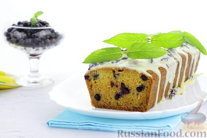 Фото к рецепту: Кекс с черникой и глазурью из белого шоколада