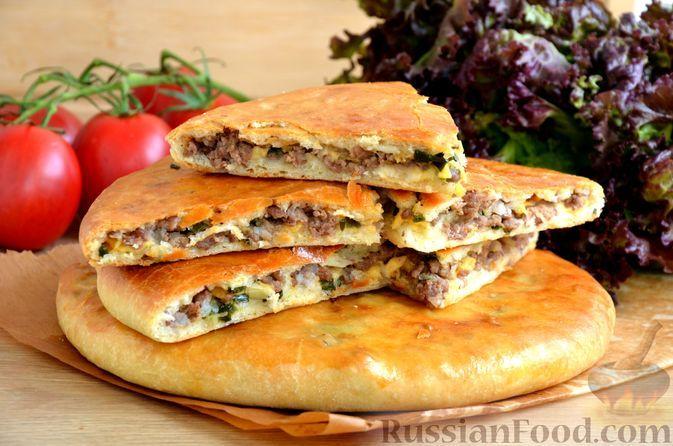Фото к рецепту: Дрожжевые лепёшки с мясом и сыром