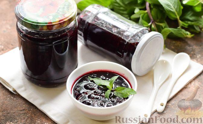 Фото к рецепту: Варенье из чёрной смородины с мятой