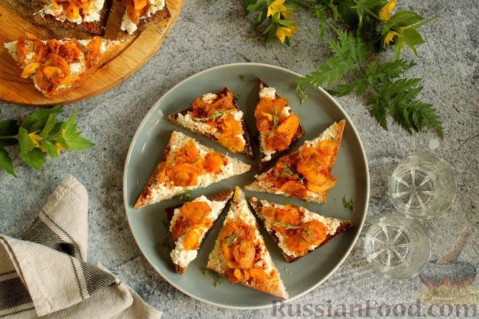 Фото к рецепту: Бутерброды с творогом и пряной морковью