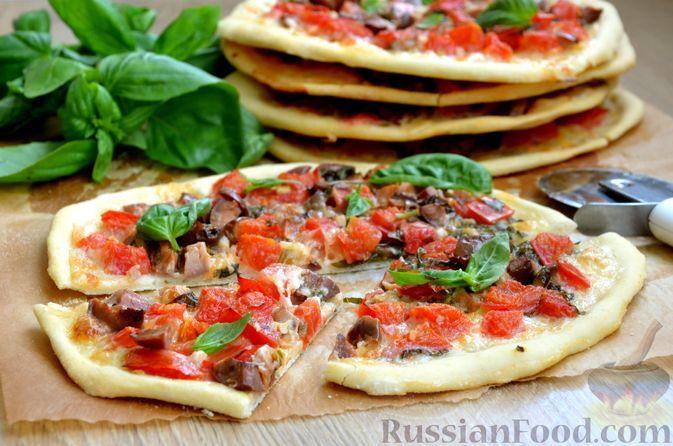 Фото к рецепту: Пиццетты с помидорами, маслинами и моцареллой