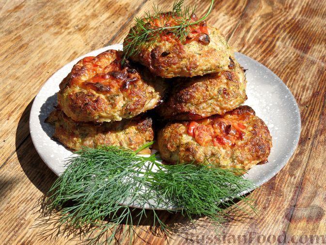 """Фото к рецепту: Мясные """"гнёзда"""" с кабачками и начинкой из помидоров и сыра"""