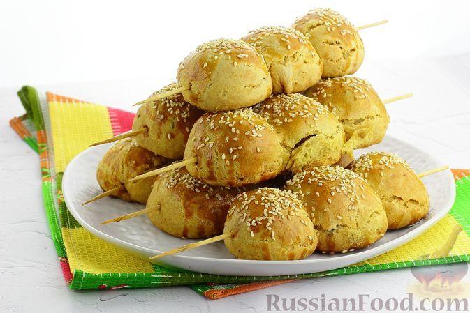 Фото к рецепту: Закусочные булочки с мясом и перепелиными яйцами, на шпажках