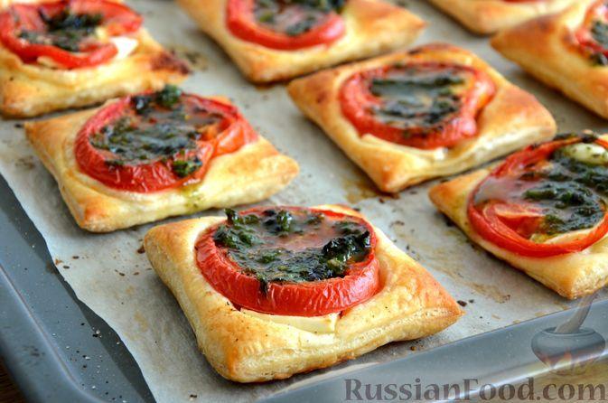 Фото к рецепту: Закусочные слойки с брынзой, помидорами, базиликом и чесноком