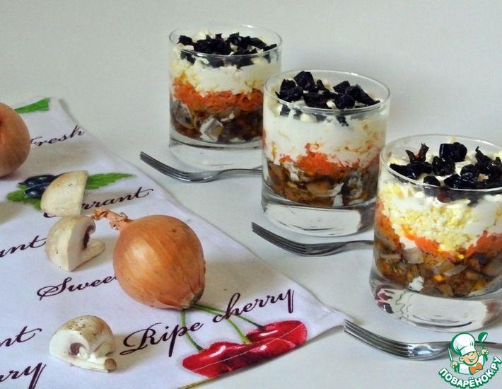 Рецепт: Слоёный салат с печенью, грибами и черносливом