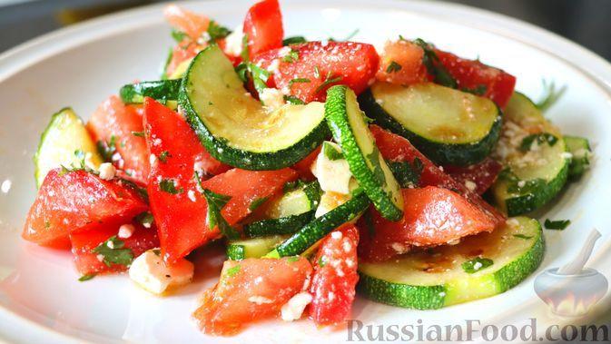 Фото к рецепту: Быстрый салат из кабачков с помидорами и сыром фета