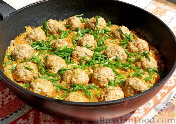 Фото к рецепту: Тушёная капуста с фрикадельками и овсяными хлопьями, на сковороде