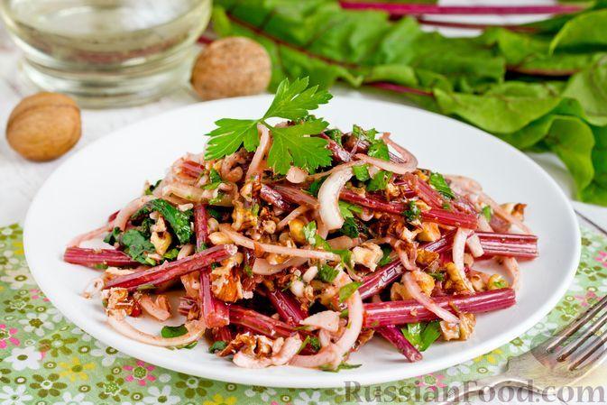 Фото к рецепту: Салат из свекольной ботвы с луком и грецкими орехами