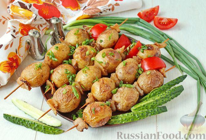 Фото к рецепту: Молодой картофель, запеченный с салом, на шпажках