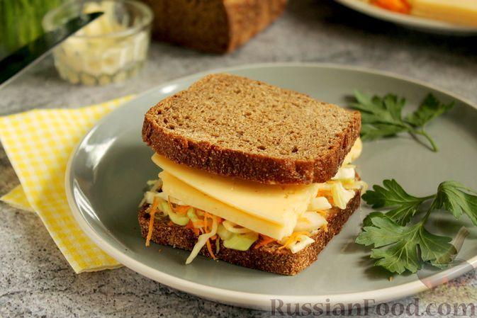 Фото к рецепту: Сэндвич с капустой, морковью и сыром