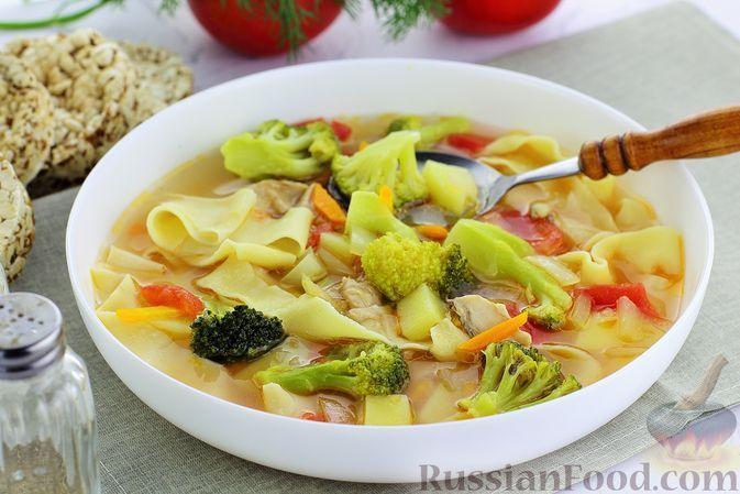 Фото к рецепту: Куриный суп с брокколи, помидорами, сладким перцем и домашней лапшой