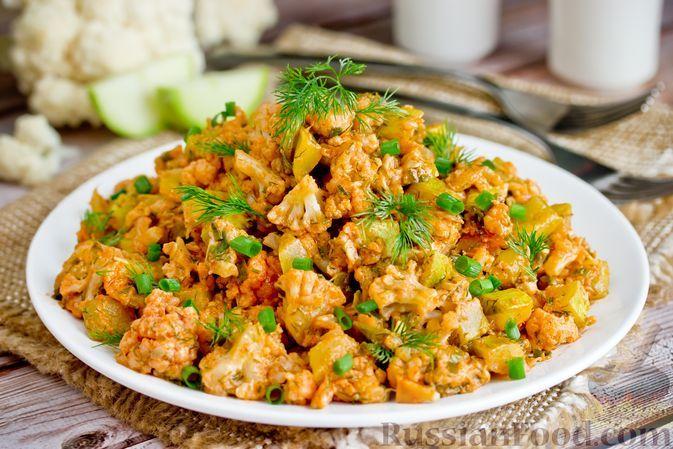 Фото к рецепту: Кабачки, тушенные с цветной капустой в сметанно-томатном соусе