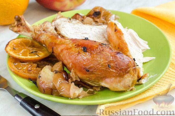 Фото к рецепту: Индейка, запечённая с яблоками и апельсинами