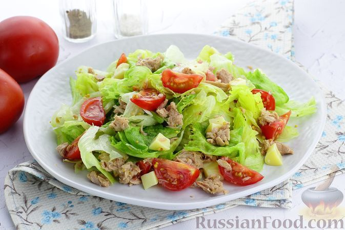 Фото к рецепту: Салат с тунцом, помидорами и сыром сулугуни