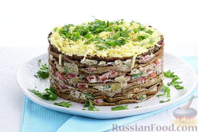 Фото к рецепту: Закусочный печёночный торт с баклажанами, помидорами и грецкими орехами