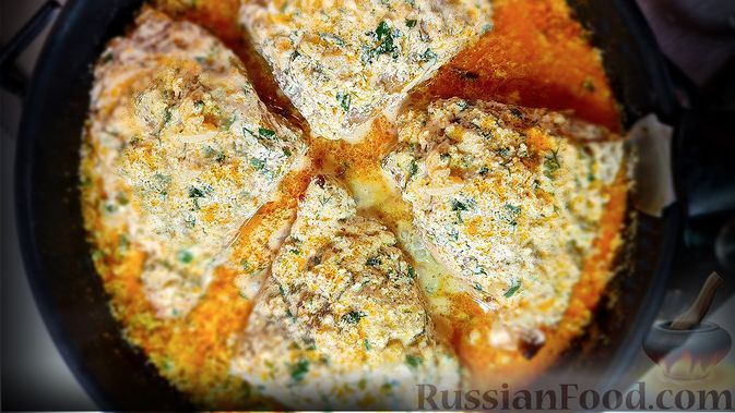 Фото к рецепту: Жареная курица на сковороде в сливочно-чесночном соусе