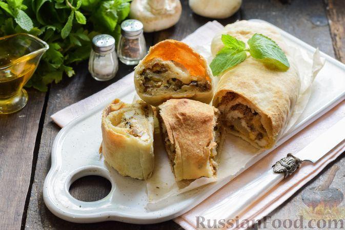 Фото к рецепту: Штрудель с курицей, грибами и сыром