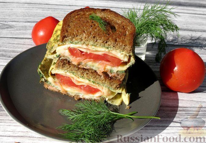 Фото к рецепту: Сэндвич с омлетом, сыром, красной рыбой и помидором