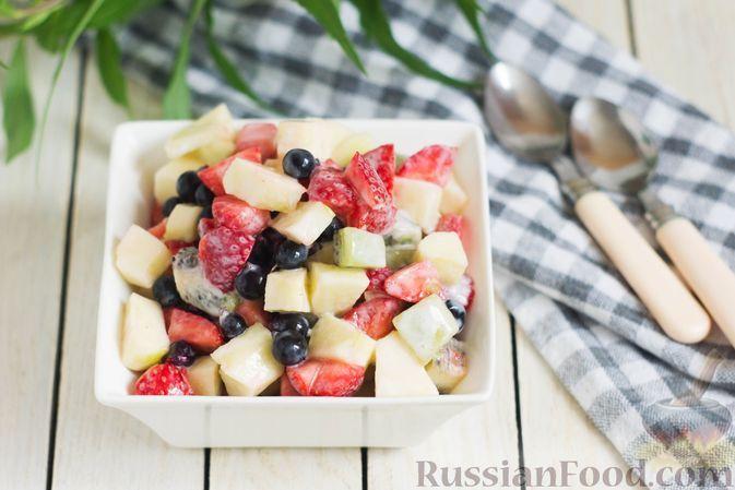 Фото к рецепту: Фруктовый салат с клубникой, чёрной смородиной, киви и яблоком