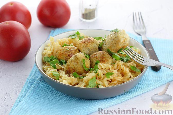 Фото к рецепту: Макароны с тефтелями в томатном соусе (на сковороде)