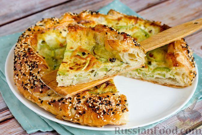 Фото к рецепту: Открытый пирог из слоёного теста с кабачками и сыром