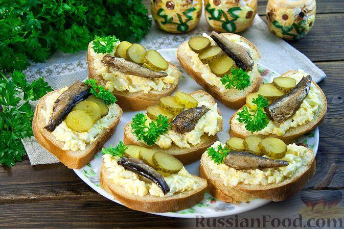 Фото к рецепту: Бутерброды со шпротами, яйцами и солёным огурцом