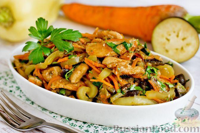 Фото к рецепту: Салат с курицей, баклажанами, болгарским перцем и морковью