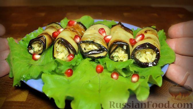 Фото к рецепту: Рулетики из баклажанов с сыром и чесноком