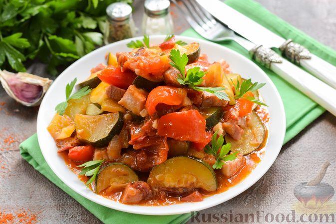 Фото к рецепту: Рагу с цукини, сладким перцем, помидорами и копчёной грудинкой