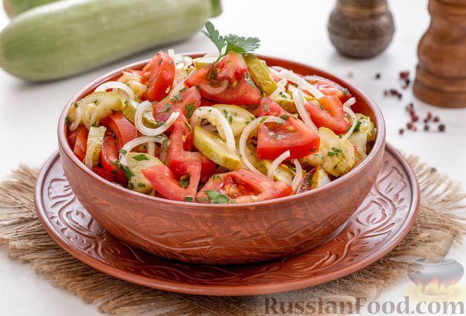 Фото к рецепту: Салат из запечённых кабачков с помидорами и луком