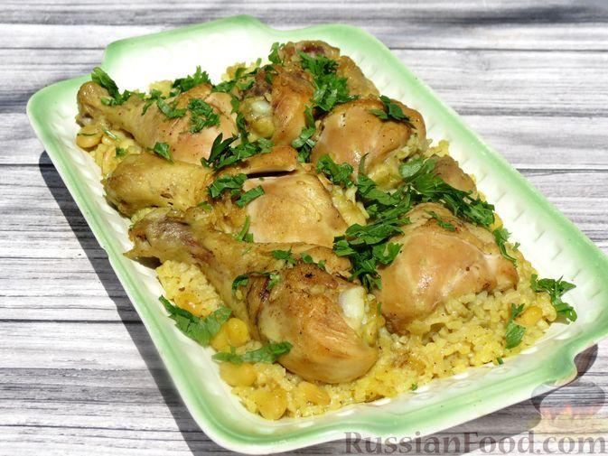 Фото к рецепту: Куриные голени с рисом и консервированной фасолью, на сковороде