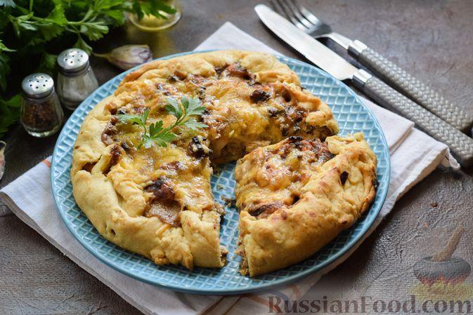 Фото к рецепту: Галета из рубленого теста с курицей, грибами, сыром и зеленью