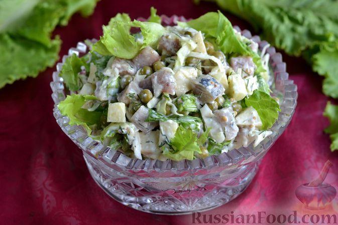 Фото к рецепту: Салат с селёдкой, капустой, яблоком и зелёным горошком