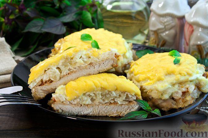 Фото к рецепту: Отбивные из свинины, запечённые с картофелем и сыром