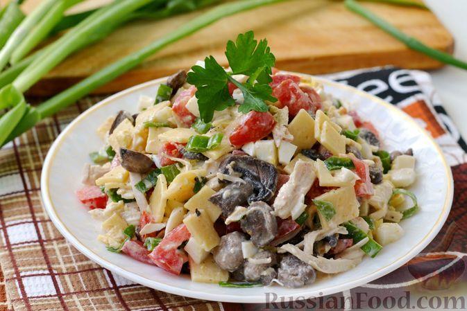 Фото к рецепту: Салат с курицей, шампиньонами, сыром и помидорами