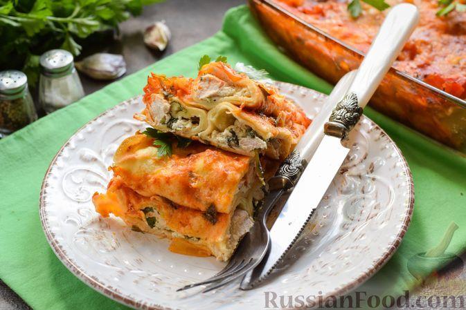 Фото к рецепту: Фаршированные блинчики с индейкой, шпинатом и рикоттой, запечённые в томатном соусе