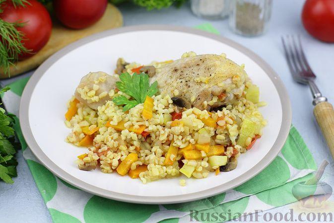 Фото к рецепту: Курица с булгуром, грибами и кабачками (на сковороде)