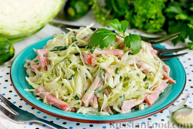 Фото к рецепту: Салат из капусты с колбасой и огурцами