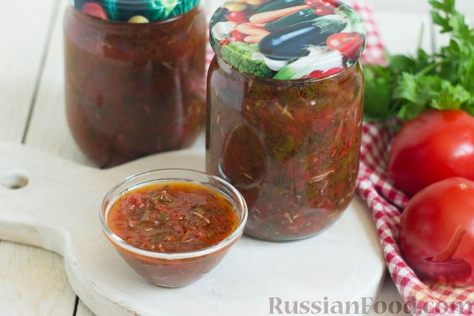 Фото к рецепту: Томатный соус с чесноком, зеленью и пряностями (на зиму)