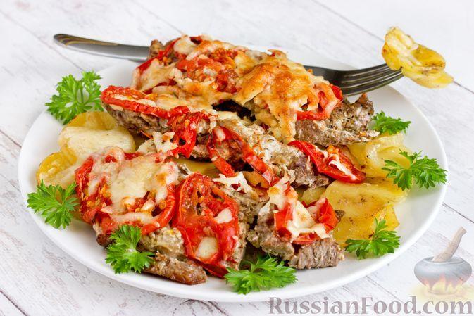 Фото к рецепту: Отбивные из говядины, запечённые с картофелем, помидорами и сыром