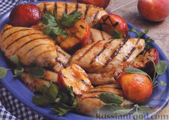 Фото к рецепту: Глазированное куриное филе с персиками, жаренное на гриле